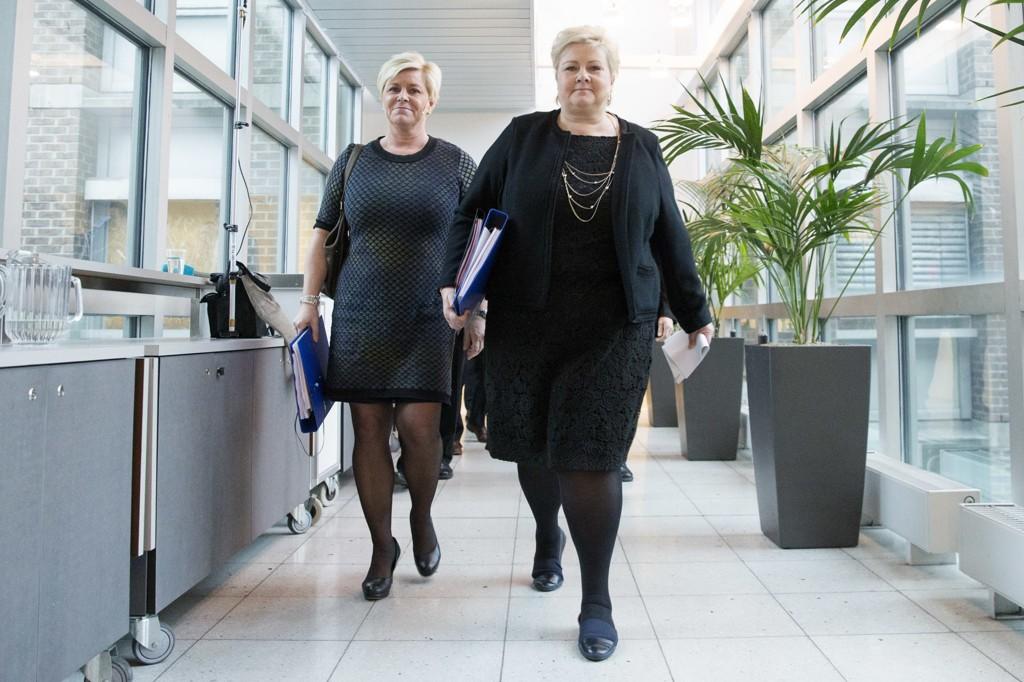 Frp og Høyre har mandag fremmet 15 forslag til hvordan asylveksten skal håndteres fremover. Her Siv Jensen (FrP) (t.v.) og statsminister Erna Solberg (H).