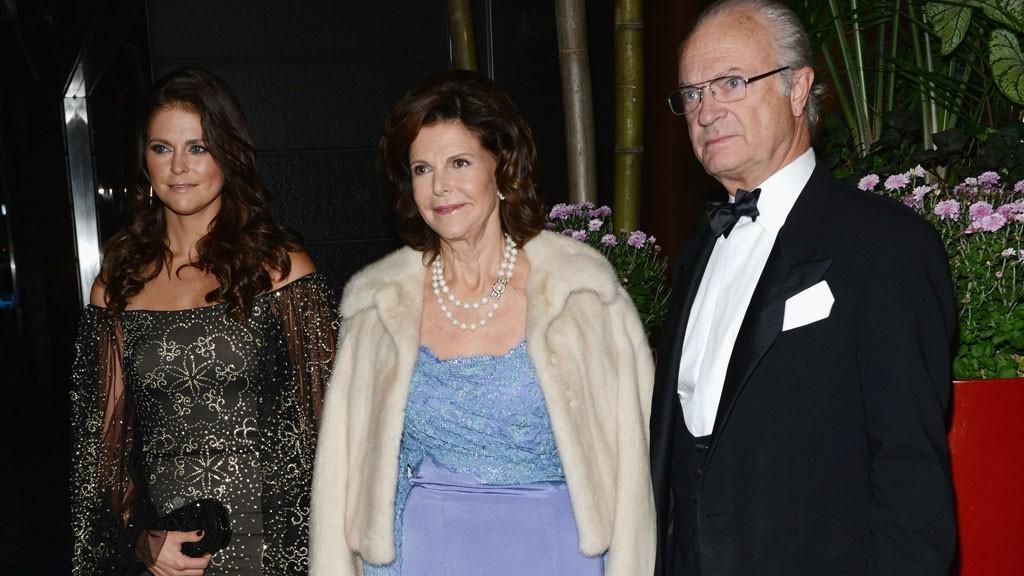 Kong Carl Gustaf, her sammen med dronning Silvia og datteren Madeleine åpner for å gi asylsøkere tak over hodet i boliger hoffet disponerer.