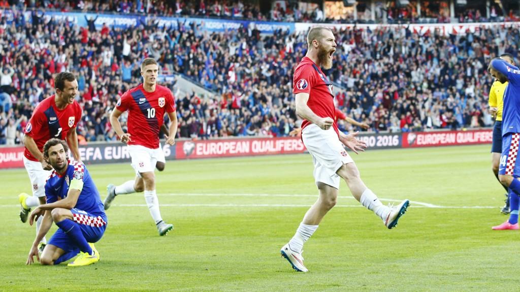 JUBEL: Jo Inge Berget (t.h.) jubler for en av sine scoringer mot Kroatia, mens Even Hovland og Markus Henriksen kommer løpende til. Nå vil spillerne ha hjelp av publikum til mer Ullevaal-jubel mot Ungarn.
