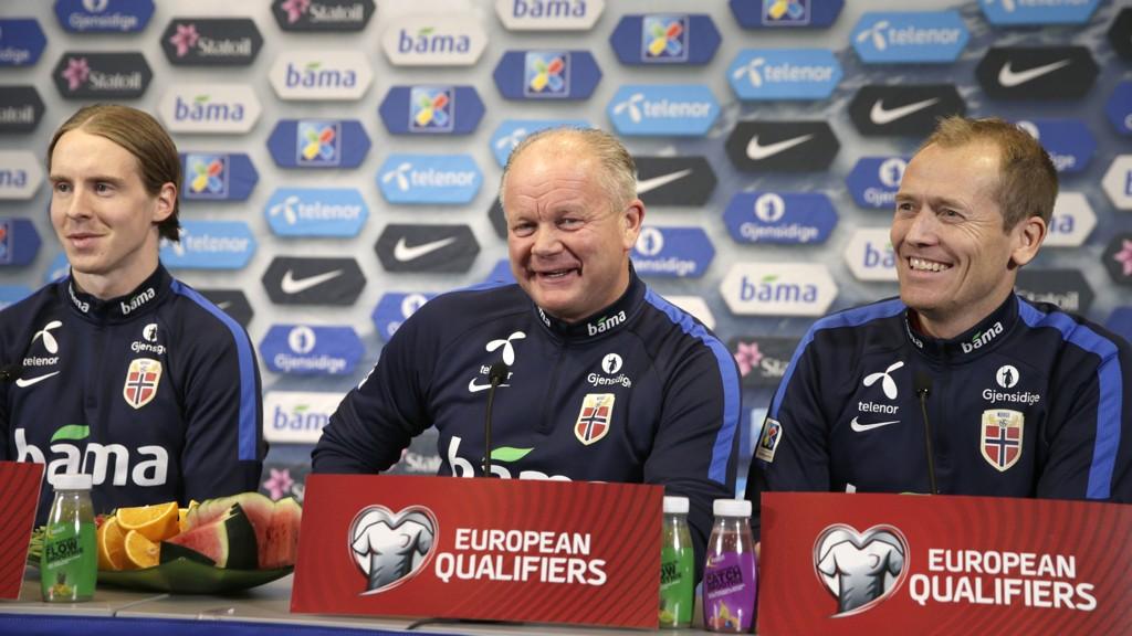 SNART KLAR: Stefan Johansen, Per-Mathias Høgmo og pressesjef Svein Graff stilte på den siste pressekonferansen før Ungarn-kampen.