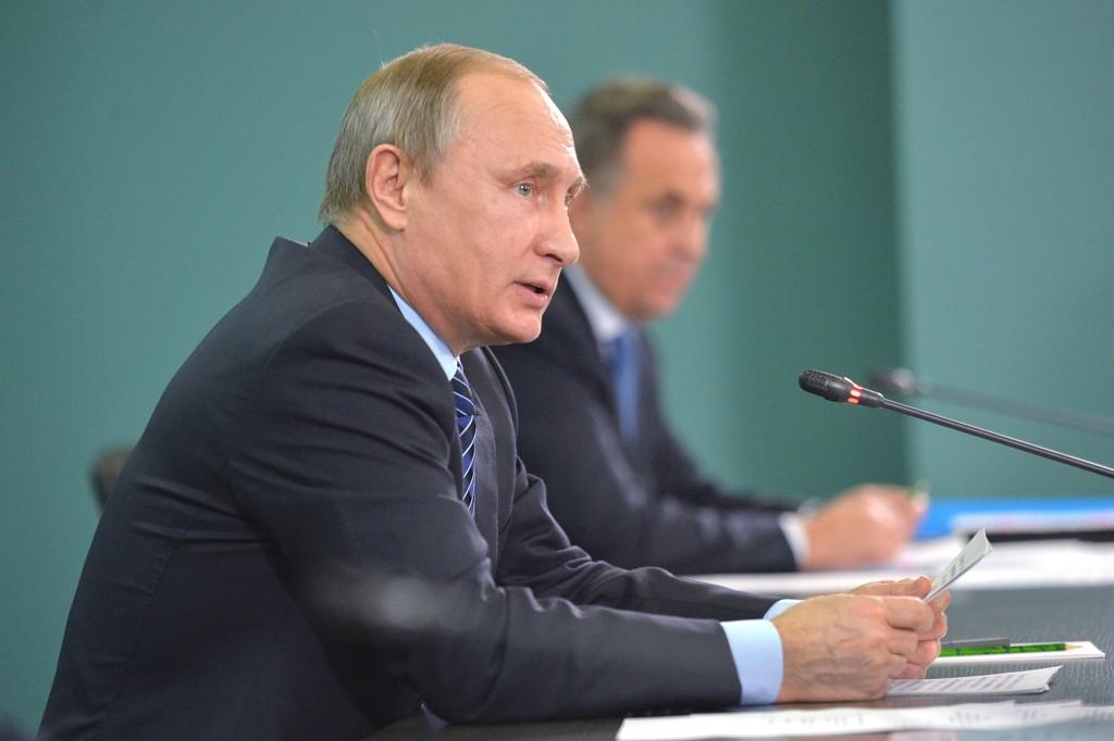 PÅ AGENDAEN: President Vladimir Putin snakket om de alvorlige dopingbeskyldingene mot friidrettsmiljøet i Russland under et møte i Sotsji onsdag. I bakgrunnen sitter landets sportsminister, Vitalij Mutko.