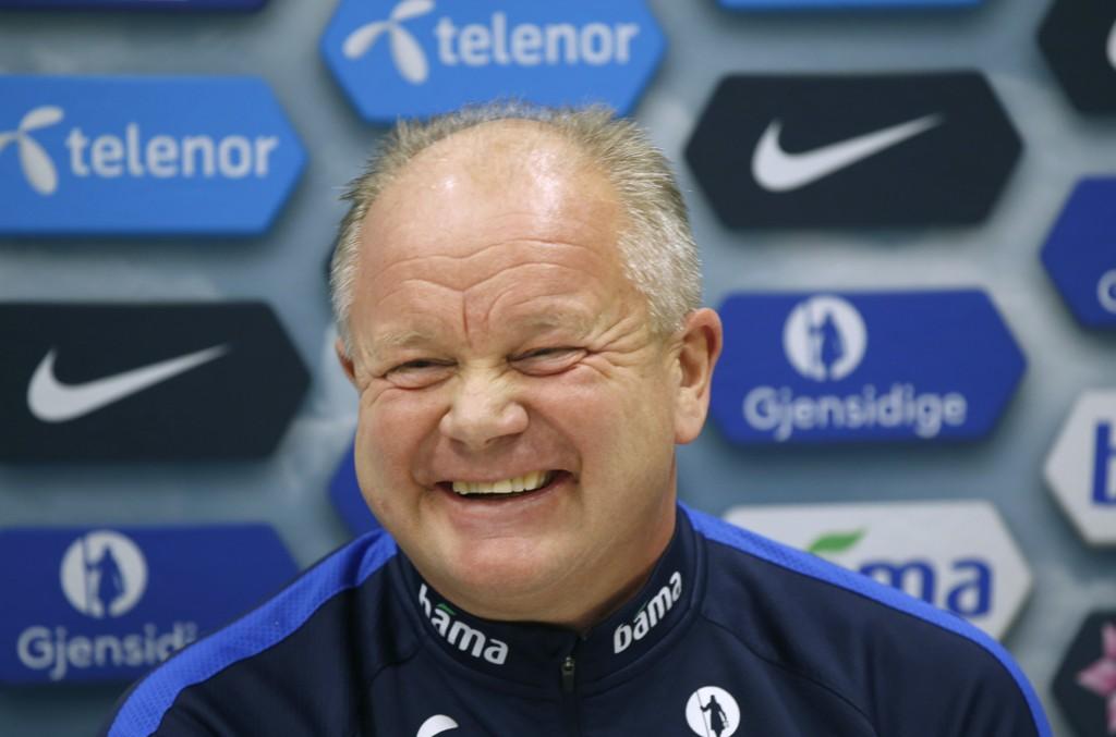 ALL SMILES: Smilerynkene til Per Mathias Høgmo fikk kjørt seg på pressekonferansen før kampen mot Ungarn.
