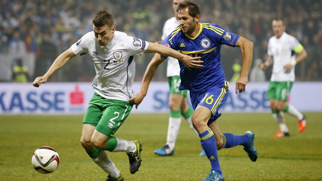 Seamus Coleman (Irland og Everton) i duell med Senad Lulic (Bosnia og Lazio) i fredagens kamp i Zenica, Bosnia.