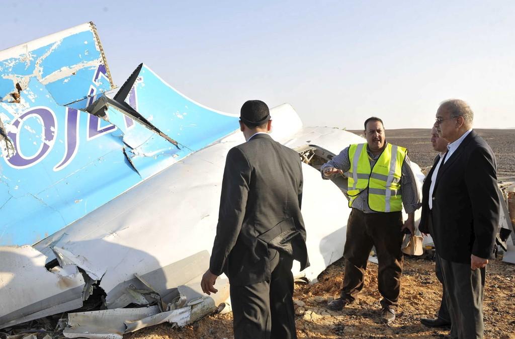 Egypts statsminister Sherif Ismail snakker med redningsarbeiderne ved sedet der det russiske passasjerflyet var gått ned.