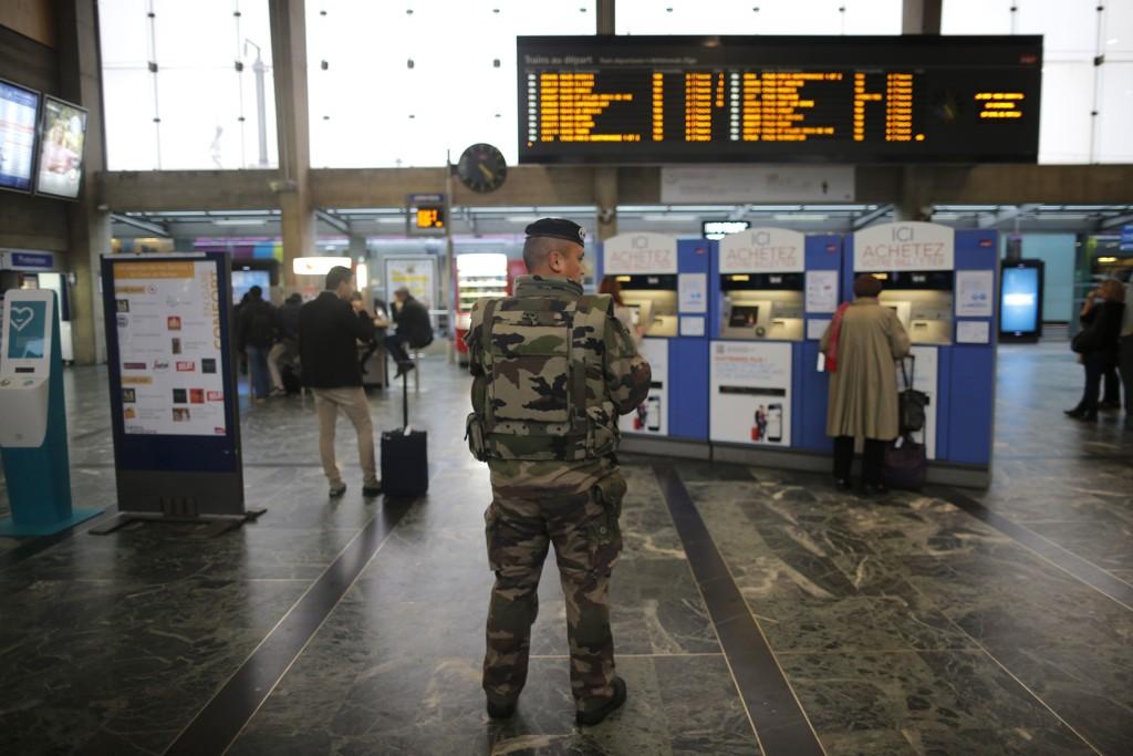 En fransk soldat patruljerer på togstasjonen i Nantes i Frankrike mandag etter at sikkerheten har blitt økt som følge av terroren i Paris