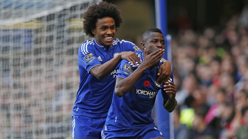 Ramires (t.h) har sammen med William tatt tak når de andre Chelsea-stjernene har sviktet i høst. Her jubler de etter Ramires' scoring mot Liverpool i oktober. En kamp Chelsea tapte 3-1.