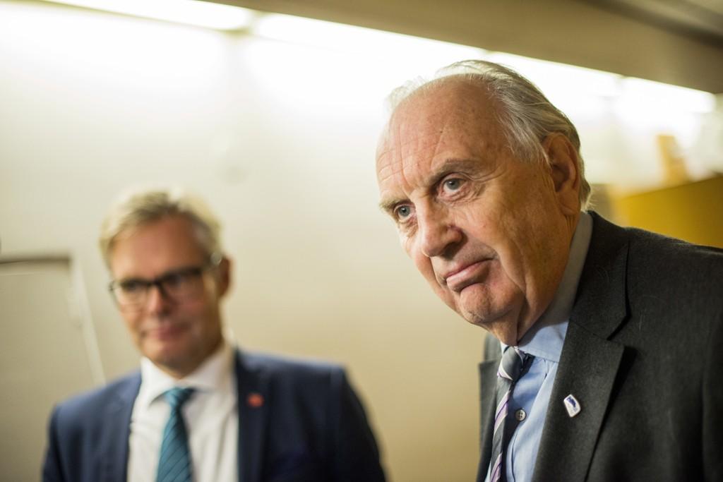 IKKE I MÅL: Andreas Limi (FrP) (t.v) og Svein Flåtten (H) snakker med pressen etter budsjettforhandlingene på Stortinget i forrige uke. De er fortsatt ikke i mål, og må utsette finansdebatten.