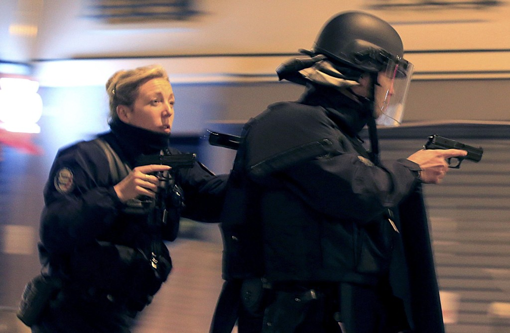 Terrorangrepet i Paris sist fredag, er det femte dødeligste terrorangrepet i verden i 2015. 129 mennesker mistet livet. Bildet viser fransk antiterrorpoliti i aksjon fredag kveld.