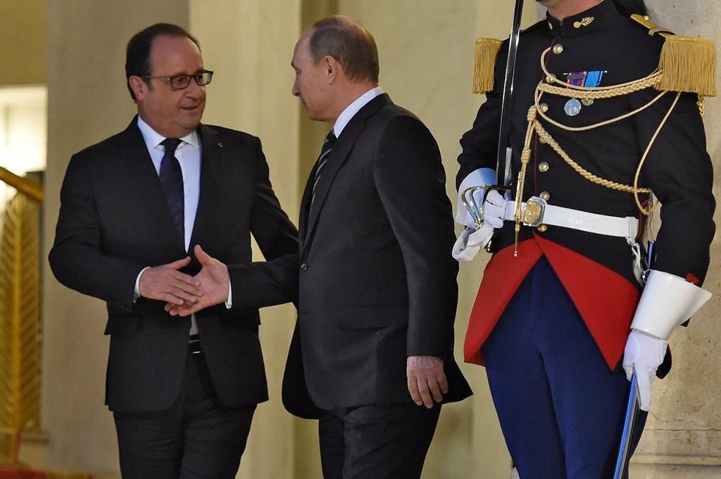 SKAL SAMARBEIDE: Russlands President Vladimir Putin vil samarbeide med Frankrikes president Francois Hollande og franske styrker i Syria.