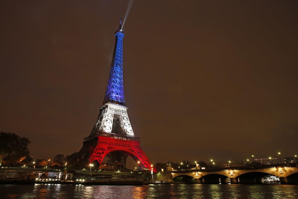 RØDT, HVITT OG BLÅTT: Eiffeltårnet opplyst av de franske fargene etter å ha vært stengt i tre dager.129 person ble drept i terrorangrepene mot den franske hovedstaden.