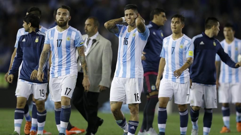 RYGGEN MOT VEGGEN: Uten seier mot Colombia ser ting virkelig stygt ut for Nicolas Otamendi, Marcos Rojo og Paulo Dybala.