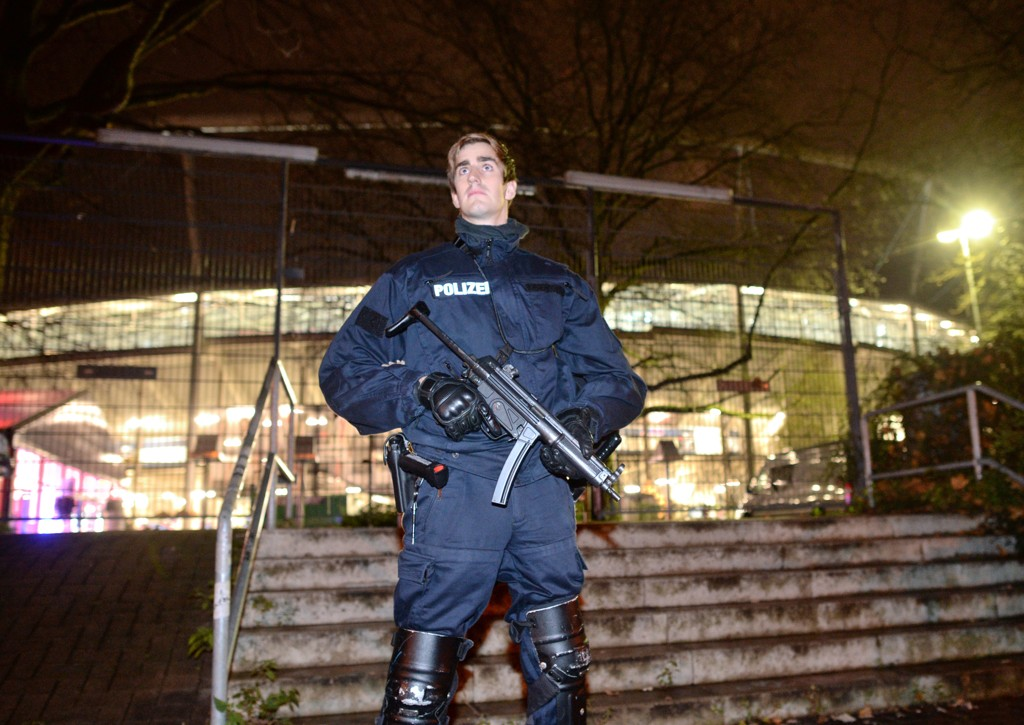 En tungt bevæpnet politimann utenfor HDI-Arena i Hannover tirsdag kveld.