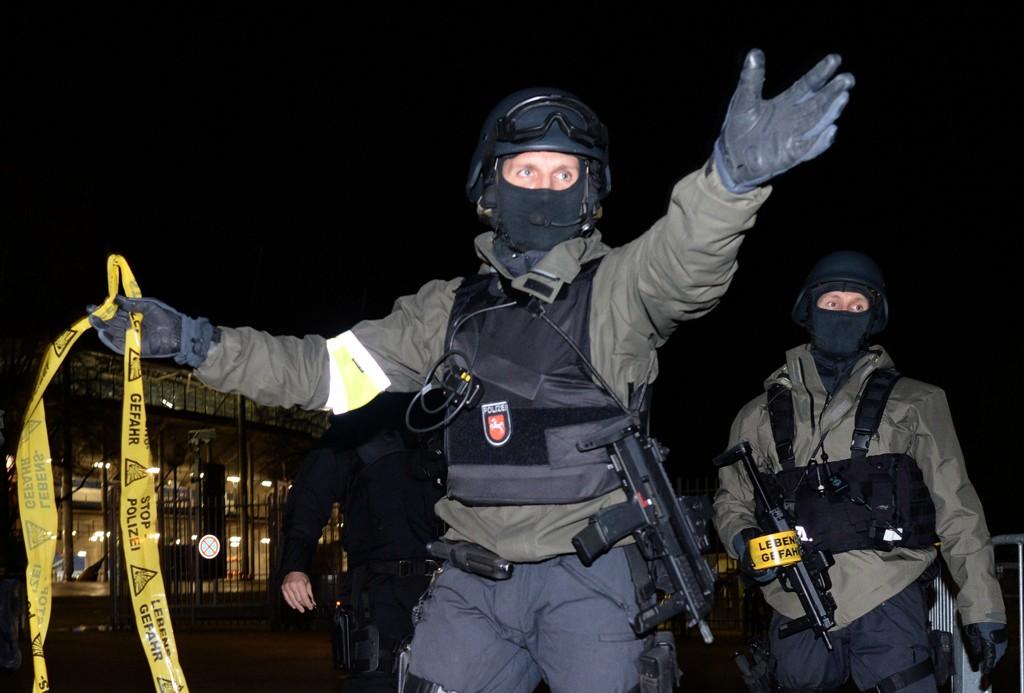 LETTE ETTER BOMBER: Politiet i Hannover finkjemmer byen for å lete etter potensielle bomber etter at det kom en terrortrussel mot stadion i byen i forbindelse med privatlandskampen mellom Tyskland og Nederland.