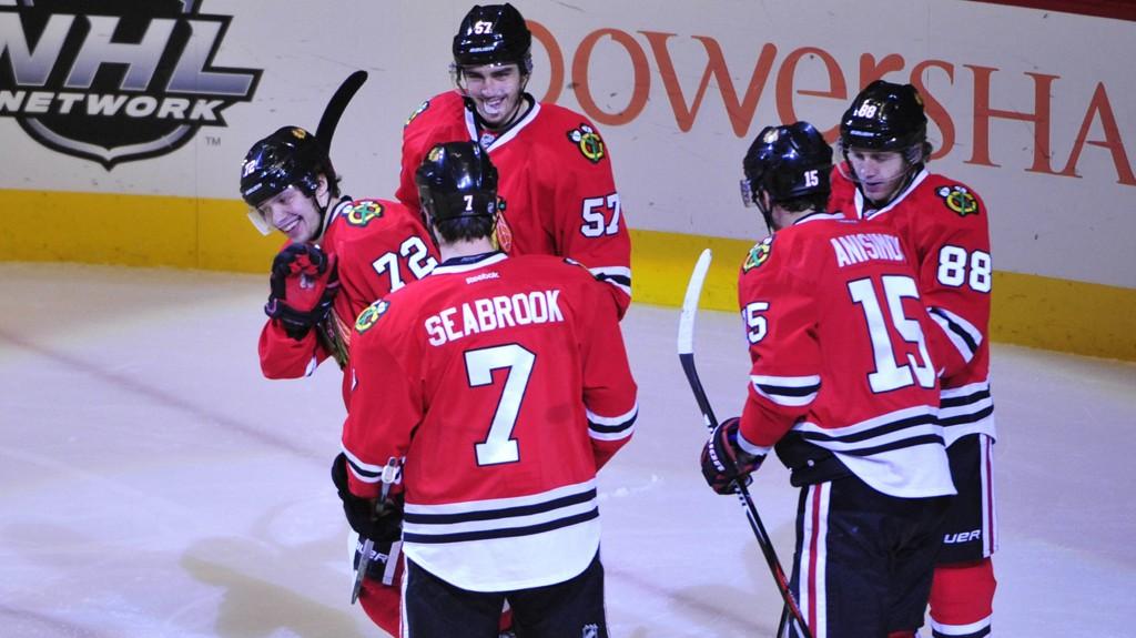 MYE Å FEIRE: Tre seire de siste fire har gitt grunn til jubel for Chicago Blackhawks. Her har de nettopp scoret mot Calgary Flames.