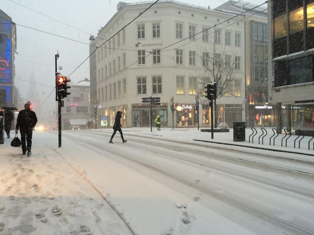 HVIT HOVEDSTAD: Torsdag er det ventet et lite snødryss over hovedstaden. Dette bildet ble tatt i Grensen i Oslo sentrum i mars.