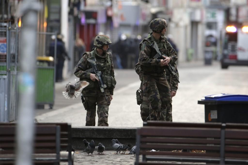 Franske soldater holder vakt i den nordlige Paris-forstaden Saint-Denis etter en omfattende antiterroraksjon natt til onsdag.