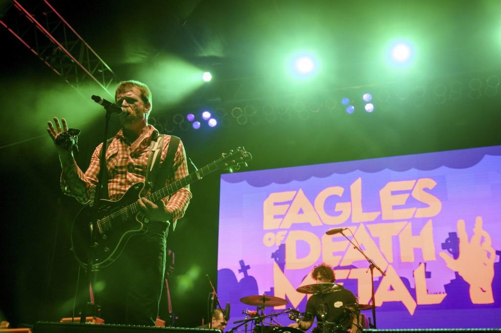 AVLYSER: Eagles of Death Metal under en rockefestival i Los Angeles i oktober. Sist fredag havnet gruppa midt i terroren da IS-terrorister blant annet slo til mot konsertsalen Bataclan i Paris der de opptrådte. Foto: Reuters / Alex Matthews / NTB scanpix