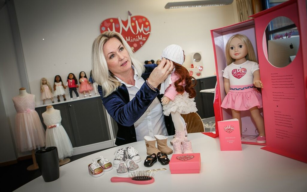 Gro Røisland (45) fra Fevik satser stort på nettsalg av egendesignede dukker med sunne kroppsidealer - to år etter at hun ble arbeidsløs.