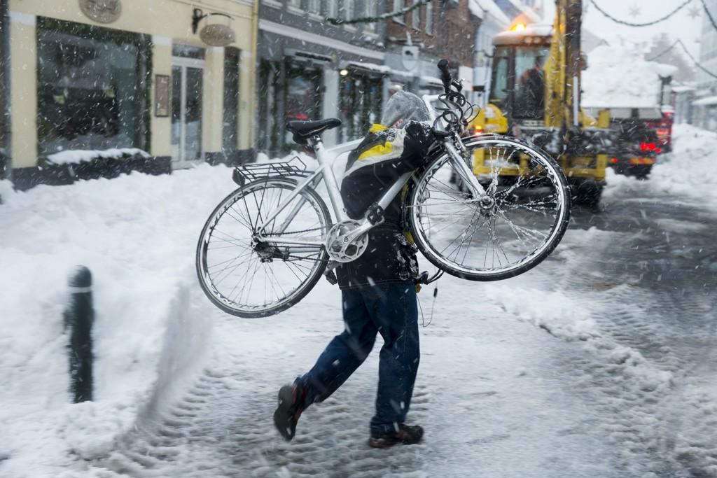 Roskilde: Vinterens første snø og sludd ga store problemer for trafikken.
