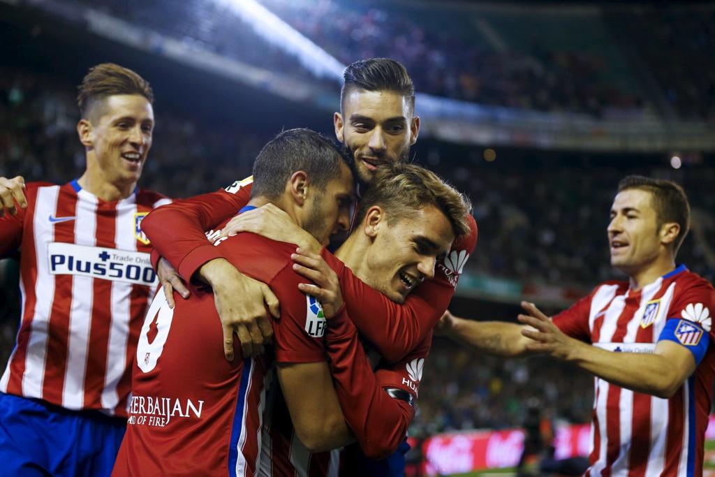 HOLDT TIL SEIER: Målscorer Koke gratuleres med det som ble den eneste nettkjenningen i Atlético Madrids bortekamp mot real Betis i Sevilla.