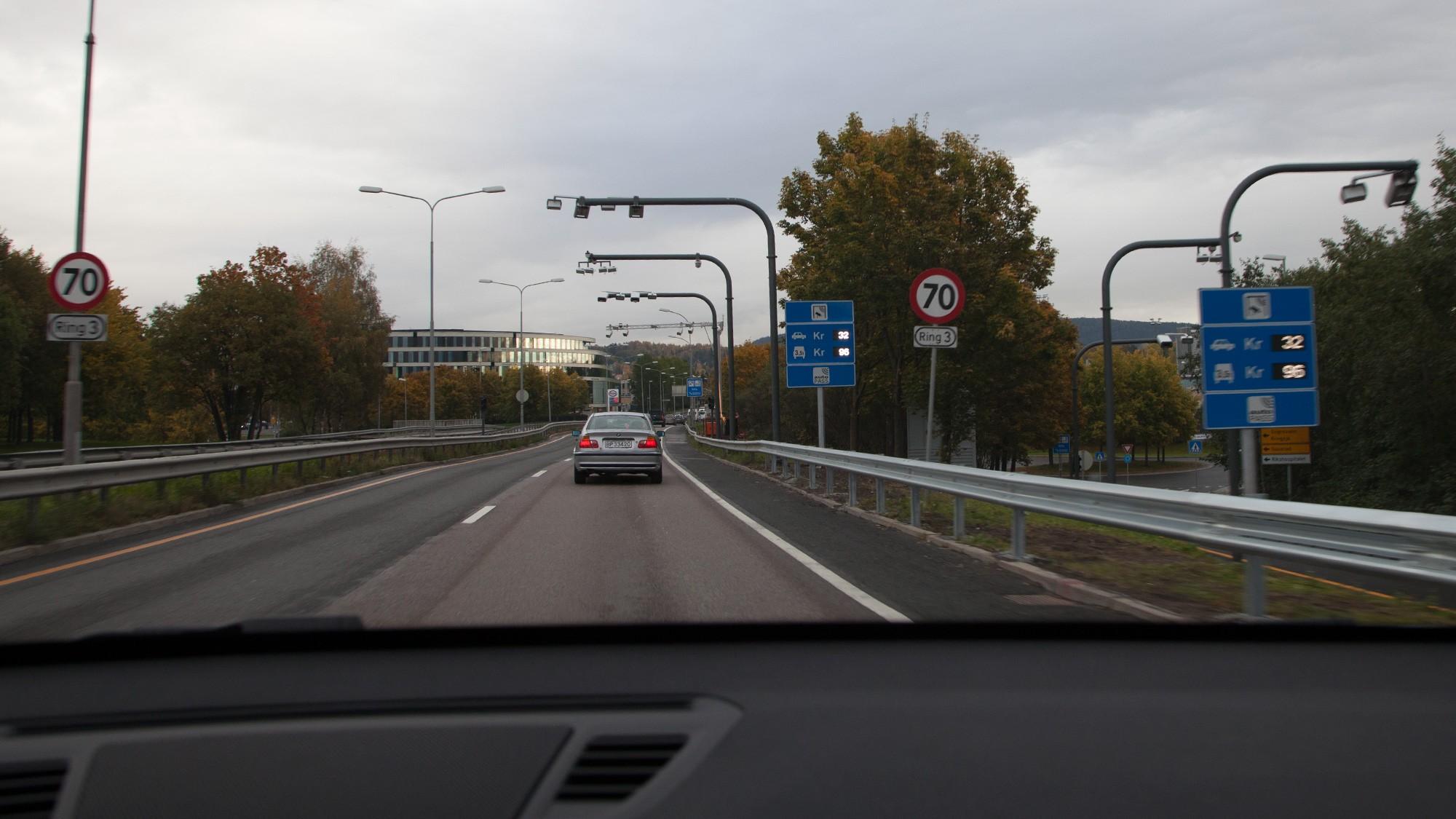 Et nytt utvalg mener det bør betales fire kroner per kilometer å kjøre i Oslo - i tillegg til bompenger.