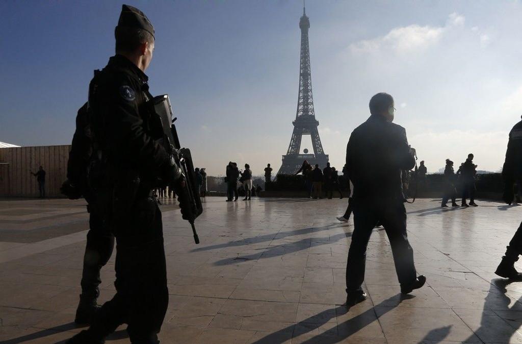 Franske politistyrker på patrulje rundt Eiffel-tårnet mandag 23. november 2015.