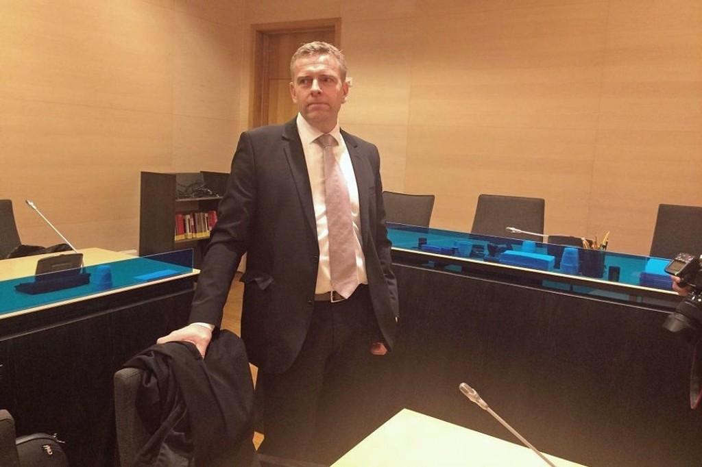 PÅ PLASS: Statsadvokat Torstein Lindquister tar plass i salen i Nord-Troms tingrett tirsdag morgen.