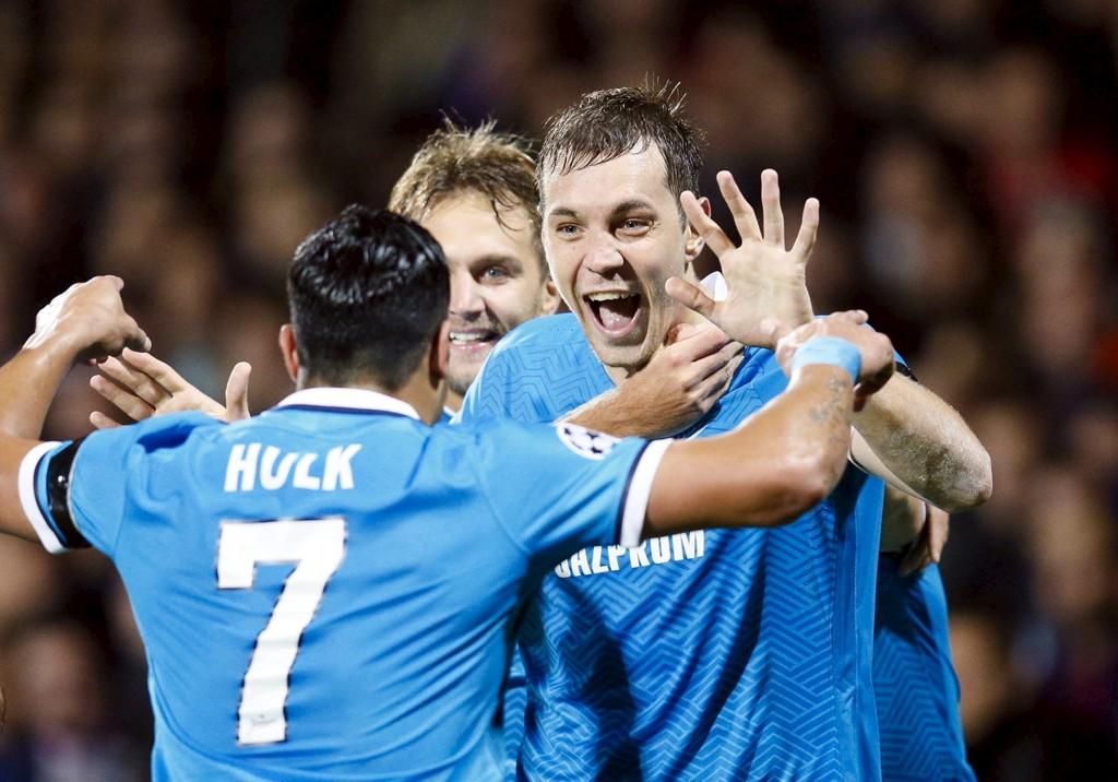 GOALGETTER: Artem Dzyuba (til høyre) er den giftige russeren i skyggen av Hulk (til venstre). Her etter Dzyubas andre scoring mot Lyon.