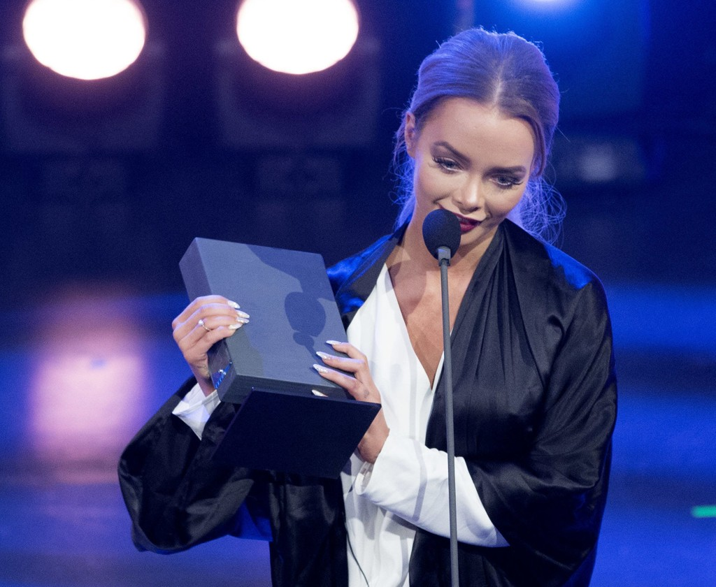 VANT BLOGGPRIS: Sophie Elise Isachsen ble kåret til «Årets blogger» på Se og Hørs kjendisgalla i går. Hun tok imot prisen til full jubel fra salen.