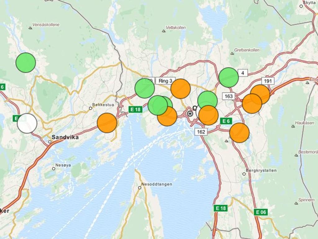 LUFTFORURENSNING: Situasjonen i Oslo tirsdag ettermiddag. En rekke målestasjoner viser oransje for moderat helserisiko. I en ny rapport om luftkvalitet fastslår Riksrevisjonen at i flere norske byer er nivåene av svevestøv og nitrogendioksid langt over det tillatte.