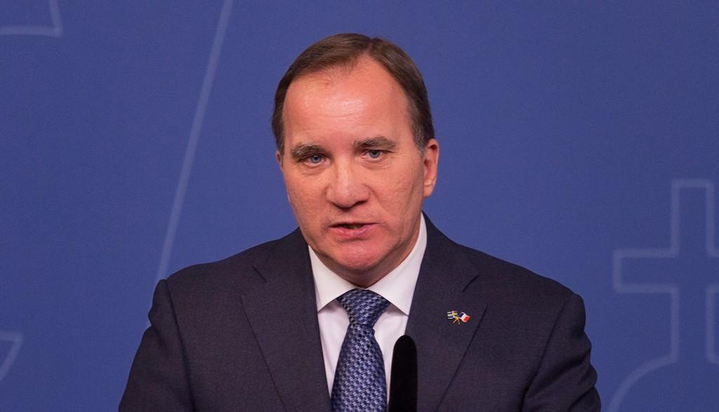 Sveriges statsminister Stefan Löfven sier landet ikke klarer å ta imot flere asylsøkere enn de gjør i dag, og strammer inn asylpolitikken.