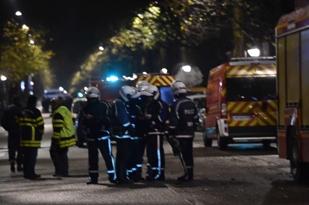 Politiet har sperret av området rundt boligen i Roubaix der to antatte ranere har forskanset seg i et hus. Det meldes også at de har tatt gisler.