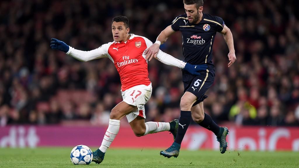 Arsenal gikk ut i hundre mot Dinamo Zagreb, og før pause hadde Alexis Sanches ( t.v.) scoret ett og hatt en målgivende pasning.
