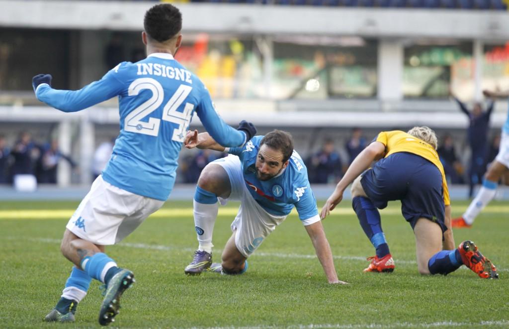 TWISTER: Gonzalo Higuain feirer etter å ha slått Hellas Veronas Filip Helander i Twister ... Neida, han har scoret mål.