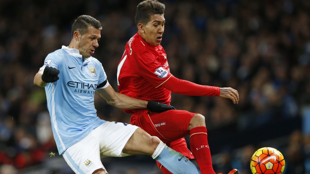 PÅ VEI BORT? Både amerikanske og argentinske klubber viser interesse for Martin Demichelis (t.v.). Her er City-stopperen i duell med Liverpools Roberto Firmino.