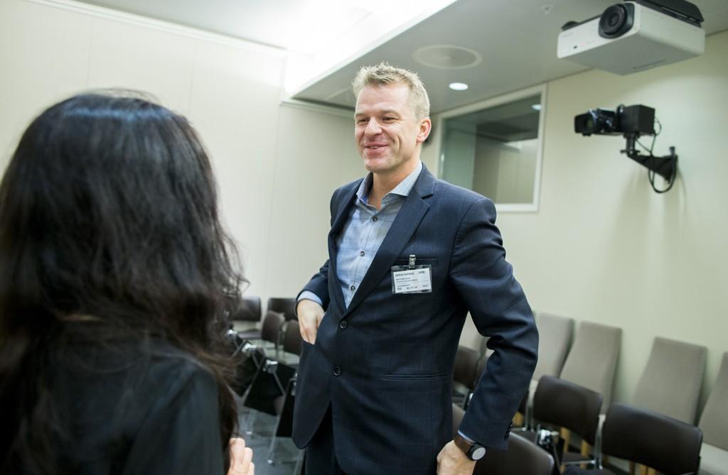 Sigve Bolstad, forbundsleder i Politiets Fellesforbund, mener norsk politi nå bør være generelt bevæpnet. Her snakker han med Hadia Tajik (Ap), leder i Justiskomiteen, før en åpen høring om den midlertidige bevæpningen av politiet i Stortingets justiskomité.