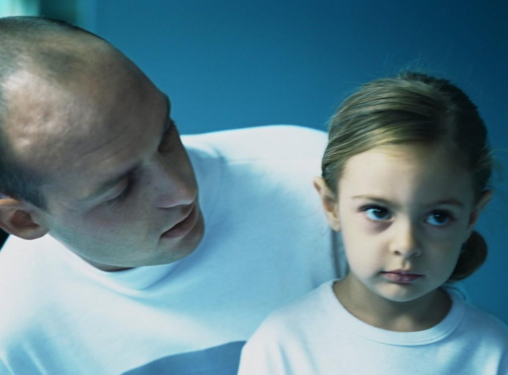 Forskere mener at å skjelle ut barnet gjør like stor skade som å slå det. Illustrasjonsfoto