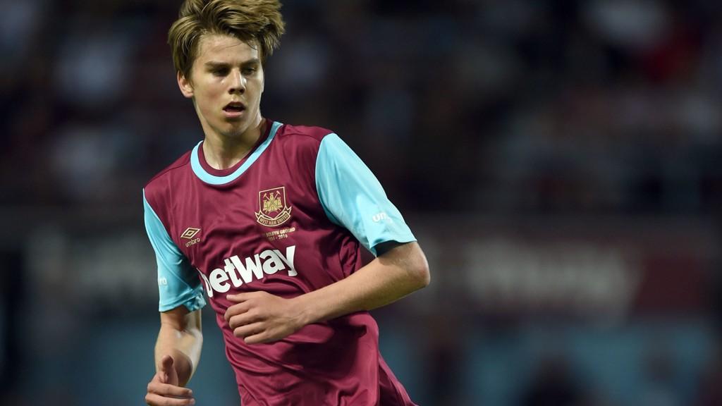 DEBUTERTE: Martin Samuelsen fikk sin debut for Peterborough. Her fra en tidligere kamp for West Ham.