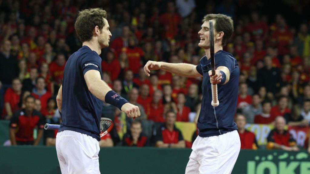 VANT: Andy (t.v.) og Jamie Murray feirer etter å ha sikret doubleseieren over Belgia i Davis Cup lørdag.
