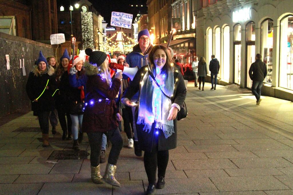 Henriette Eilertsen (først) og Julie Marie Wessel Kjeldset (med megafon) var initiativtakere til det humoristiske demonstrasjonstoget gjennom Karl Johan i Oslo for å få tilbake «Jul i Bjåfell» på NRK i desember. Arrangementet hadde hele 550 påmeldte på Facebook, men kun et tyvetalls mennesker deltok.