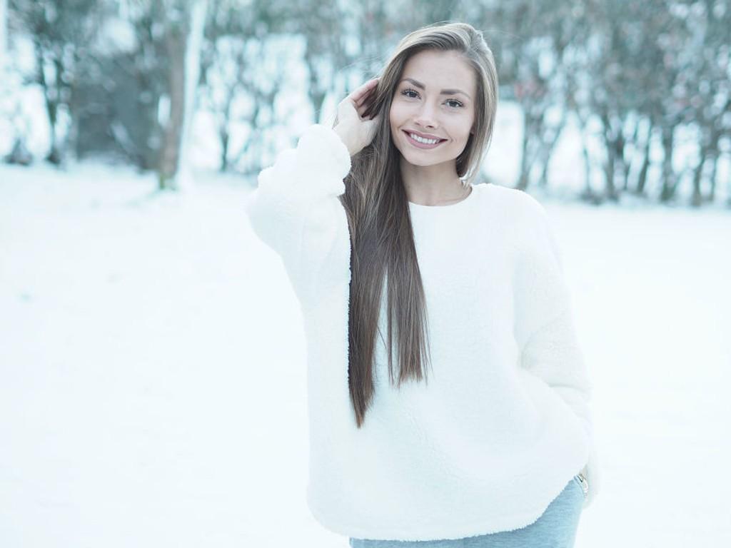 LANGT HÅR: Om du ønsker deg langt hår, som blogger Madeleine Pedersen, kan det være lurt å styre så lite som mulig med det.