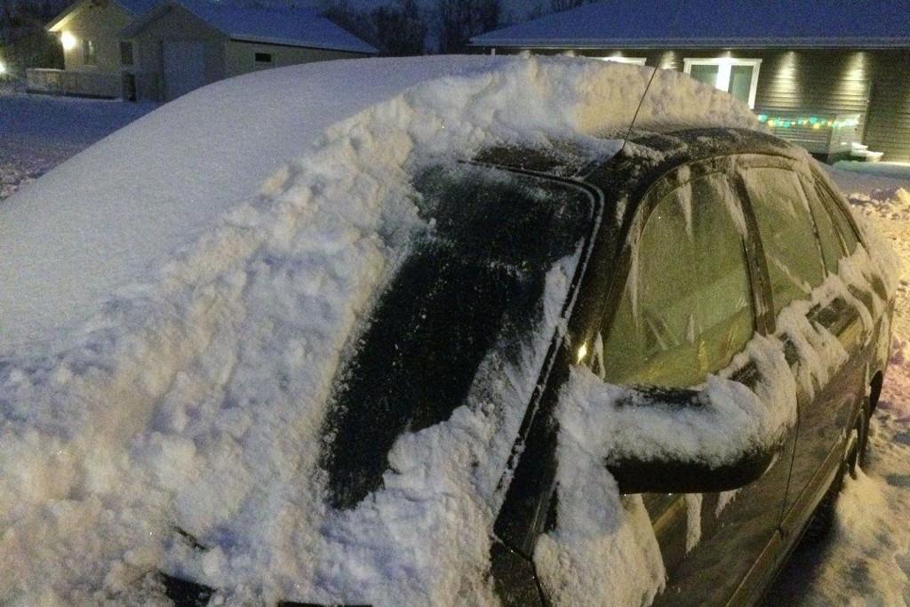 BLE HVITT: Et tykt lag med snø var å finne på bilene i Lakselv søndag morgen. Noe mer snø skal det bli.