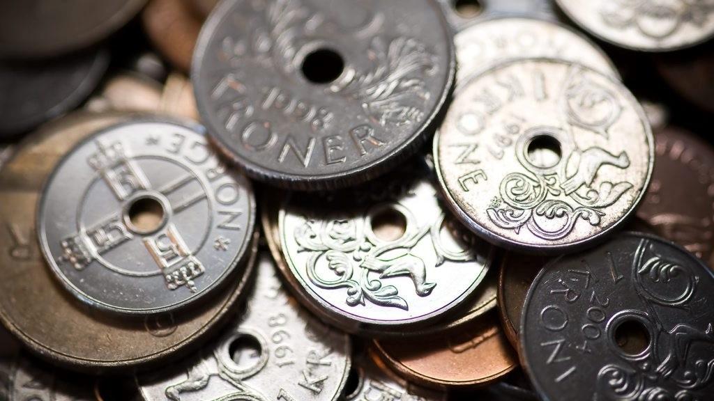 Norske kroner har svekket seg kraftig det siste året, spesielt mot dollar og britiske pund blant de store valutaene.