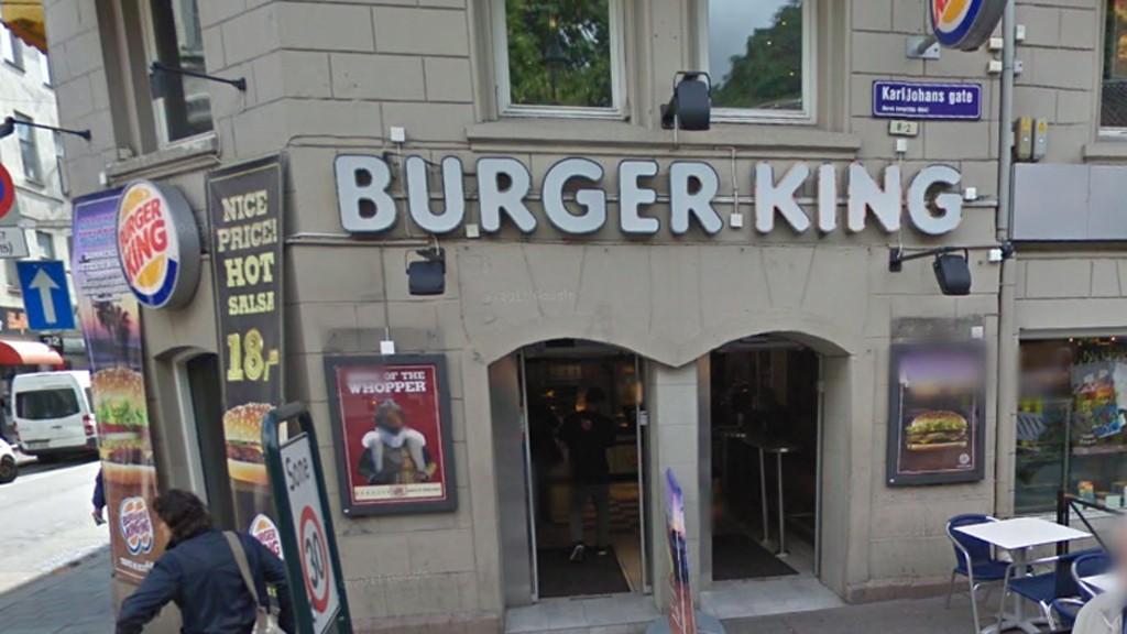 TILTALT: En 27 år gammel mann er tiltalt for å ha voldtatt en kvinne inne på denne Burger King-restauranten i Karl Johans gate i Oslo. Foto: Google Streetview