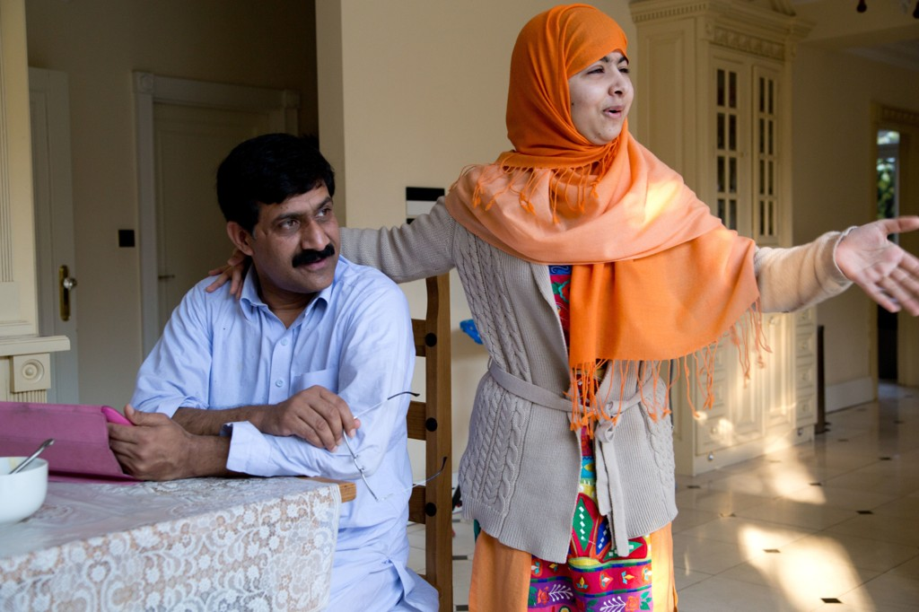 FAR OG DATTER: Zia Yousafzai og Malala Yousafzai i Birmingham, England.