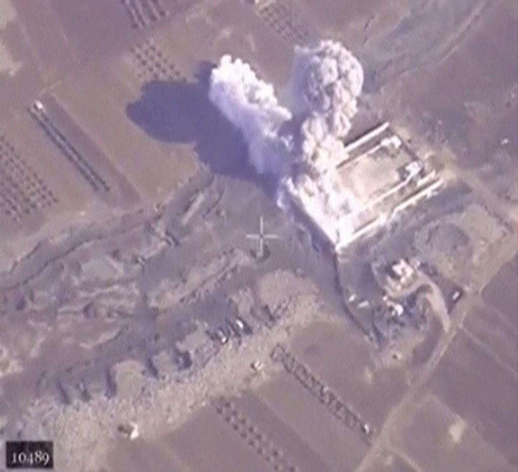 BEDT OM Å BIDRA: Et bilde fra det russiske forsvarsdepartementet viser bombing av en treningsleir i Aleppo som angivelig er kontrollert av opprørsgruppen Den islamske staten (IS) i Syria. Nå har også norske myndigheter blitt bedt om å vurdere hva Norge kan bidra med i en økt militær innsats mot IS.