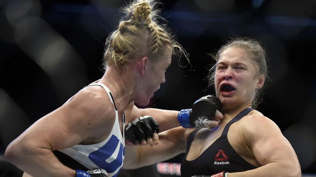 JULLING: Den tidligere UFC-mesteren Ronda Rousey (til høyre) fikk bank av Holly Holm.