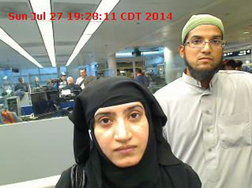 ET NYTT BILDE av Syed Farook og hans kone Tashfeen Malik ble frigitt mandag. Her er paret i passkontrollen på Chicagos O'Hare internasjonale flyplass 27. juli 2014.