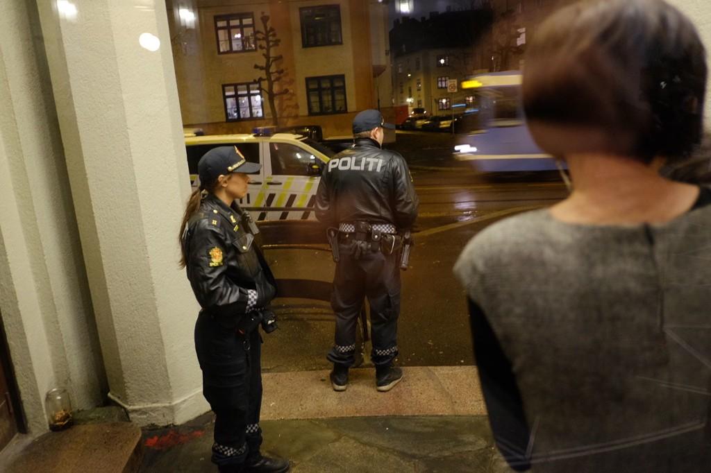PASSET PÅ: Uniformert politi på plass før debattmøtet med Hege Storhaug tirsdag, en debatt som gikk fredelig for seg. Hovedpersonen selv (til høyre) trakk ut for en liten luftetur før det hele startet.
