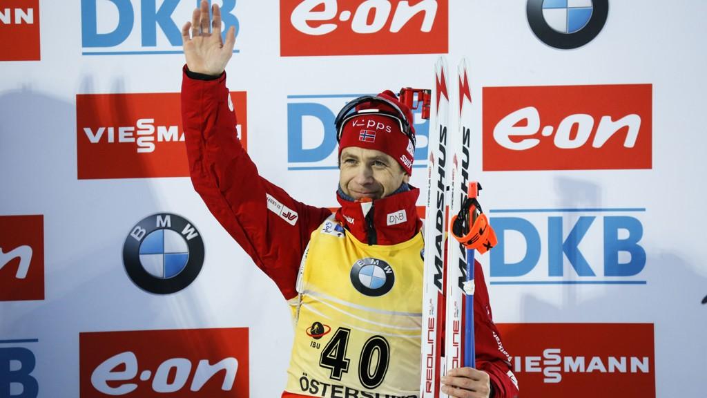 Ole Einar Bjørndalen på seierspallen etter forrige ukes seier på 20-kilometeren i Östersund.